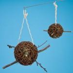 Ein Vogelspielzeug zum Knabbern: 2 prall gefüllte Weidenkugeln
